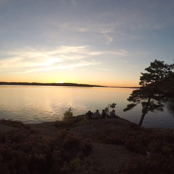 Klassenfahrt Erlebnispädagogik? Nicht nur was für Kinder. Auch Jugendliche genießen es in der Natur zu sein. Zum Beispiel beim Chillen am See.