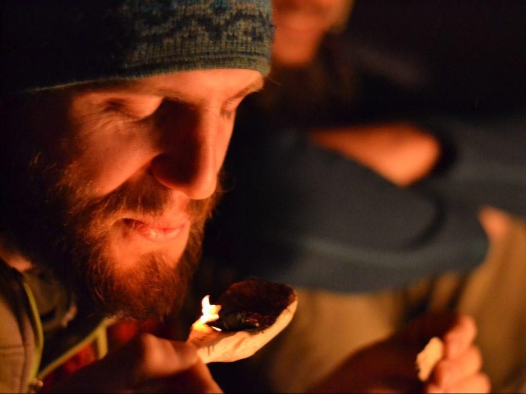 Beim Löffelschnitzen zur Ruhe kommen - auch das ist Erlebnispädagogik