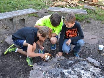 Beim Lagerfeuerworkshop lernen die Schüler auf unterschiedlichste Weisen Feuer zu machen