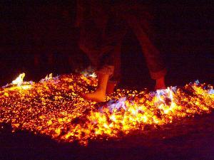 Eine eindrückliche Erfahrung ist der Feuerlauf auf jeden Fall