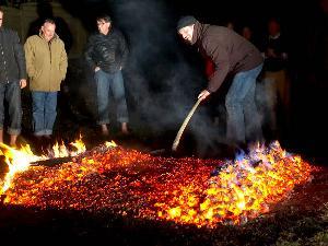 Das Feuer anzufachen gehört zum Feuerlauf dazu.
