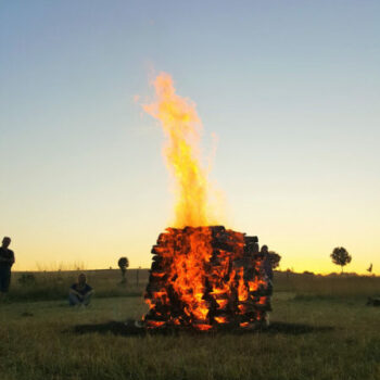 Feuerlaufen bedeutet barfuss über glühende Kohlen gehen