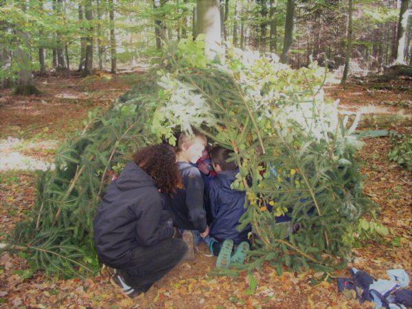 Eine Hütte im Wald bauen, nur aus Naturmaterialien? Das und vieles mehr ist bei unserer Ferienbetreuung in Mainz möglich!