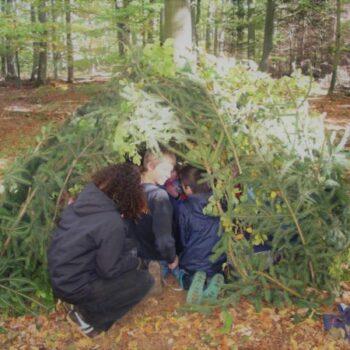 Eine Hütte im Wald bauen, nur aus Naturmaterialien? Das und vieles mehr ist bei unserer Ferienbetreuung möglich!