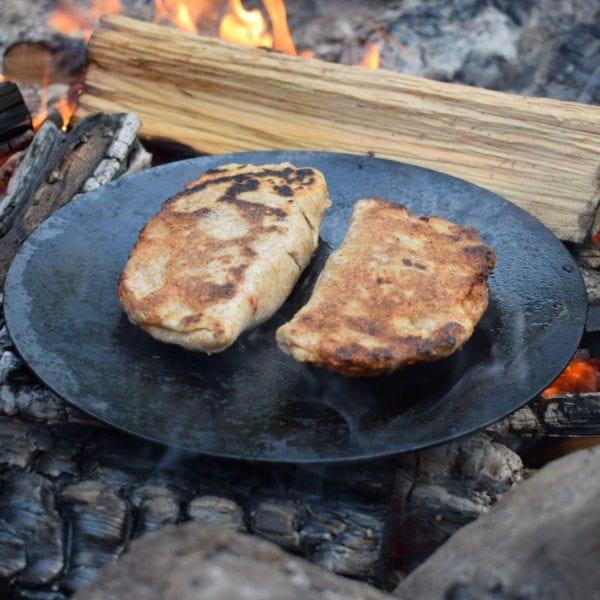 In der Tagesbetreuung kochen wir uns jeden Mittag leckeres Essen über dem Lagerfeuer.