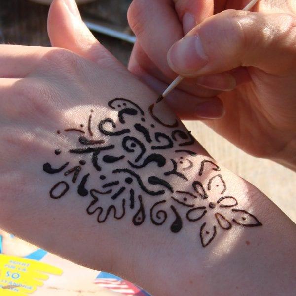 Wir wollen mit Euch Henna-Tattoos malen und helfen natürlich gerne beim Erstellen der schönen Kunstwerke auf der Haut. Natürlich mit 1,5m Abstand!