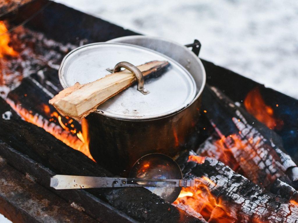 Du kannst über dem Lagerfeuer kochen? Das ist eine gute Voraussetzung um bei uns als Erlebnispädagoge *in zu arbeiten!