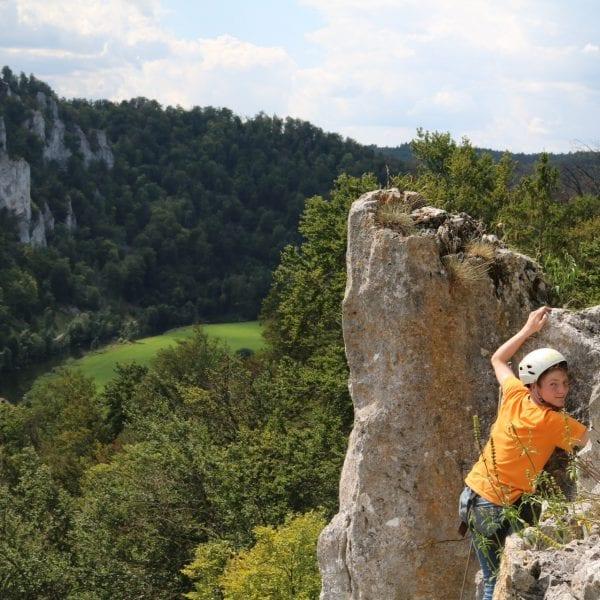 Klettern fördert das Vertrauen in die eigenen Kompetenzen und kommt deshalb auch bei unseren erlebnispädagogischen Klassenfahrten zum Einsatz.