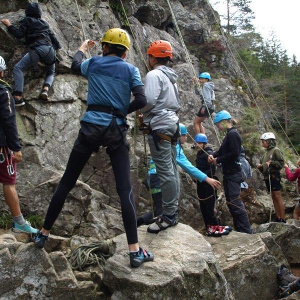 Kinder und Jugendliche übernehmen bei Sichern gerne Verantwortung für ihren Kletterpartner. Du als Kletterguide überwachst die Seilschaften.