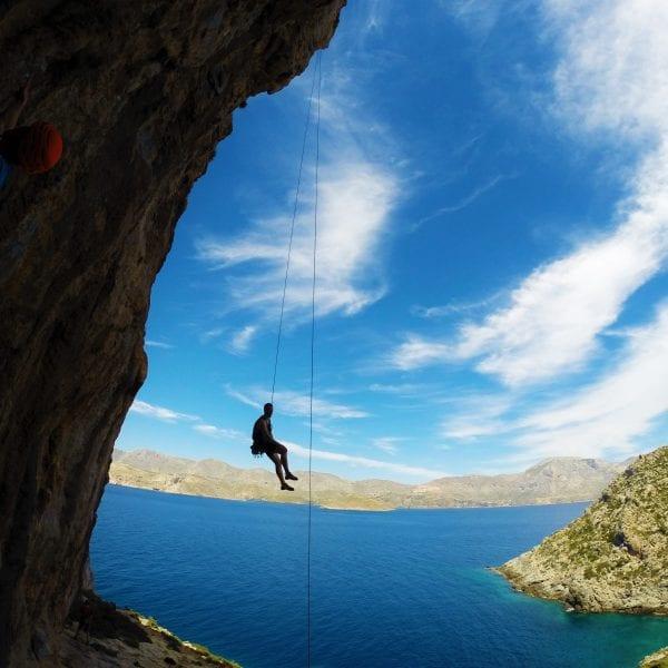 Bei unseren Kletterreisen begleitest Du Erwachsene zum Beispiel nach Kalymnos oder an andere Kletterhotspots.