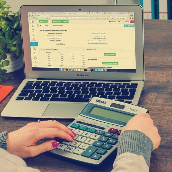 Abrechnungsvorlagen unserer Trainer *innen überprüfen zählt zu Deinen Aufgaben im Praktikum Büromanagement.