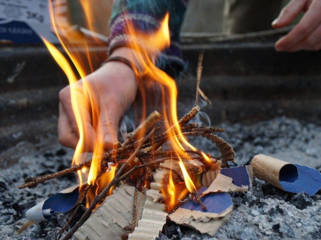 Feuer auch bei schlechtem Wetter machen zu können ist eine ideale Voraussetzung für Dein Praktikum