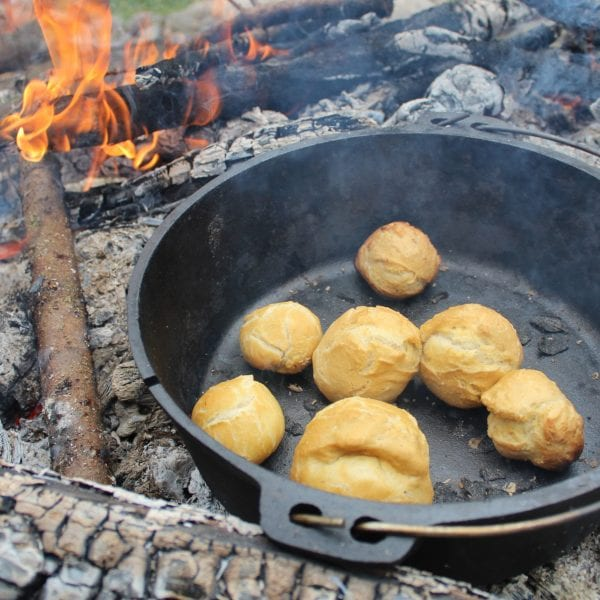 Kochen und Backen auf dem Lagerfeuer? Gehört zu unserem Standardprogramm und bald zu Deinem Methodenrepertoir.
