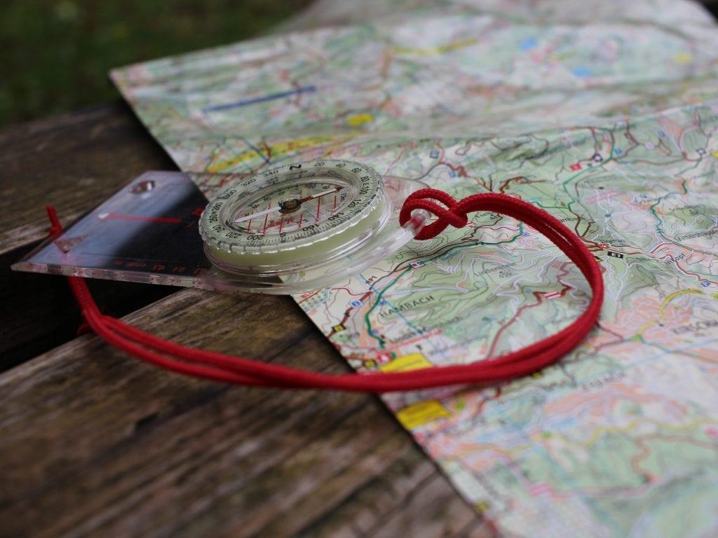 Mit Karte und Kompass navigieren? Kannst Du im Praktikum lernen.