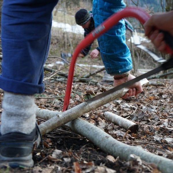 Feuerholz sammeln, zurecht sägen und dann ein Lagerfeuer machen: Einer Deiner Jobs im Praktikum :)