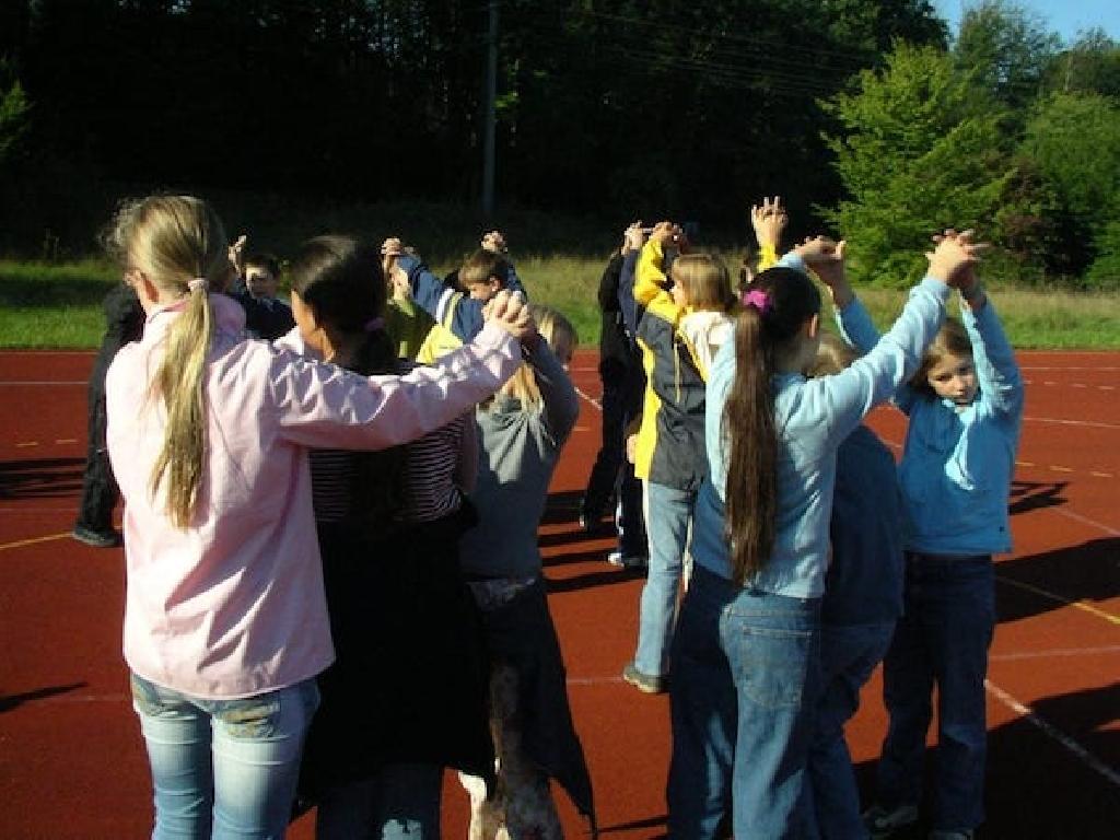 Das Spiel Kuhstall kannst Du quasi überall mit Deinen Schülerinnen spielen, auch auf dem Sportplatz.