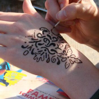 Wir wollen uns mit natürlicher Henna-Paste zauberhafte Tattoos malen. Manchmal ist es fast ein bisschen schade, dass die filigranen Tattoos nach 2 Wochen wieder von alleine verschwinden.