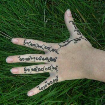 Beim Malen von Henna-Tattoos können Stunden vergehen, ohne dass man es bemerkt.