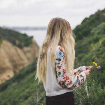 Eine Frau in der Natur