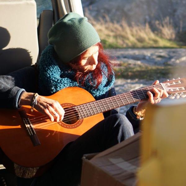 Sanne Straub spielt Gitarre