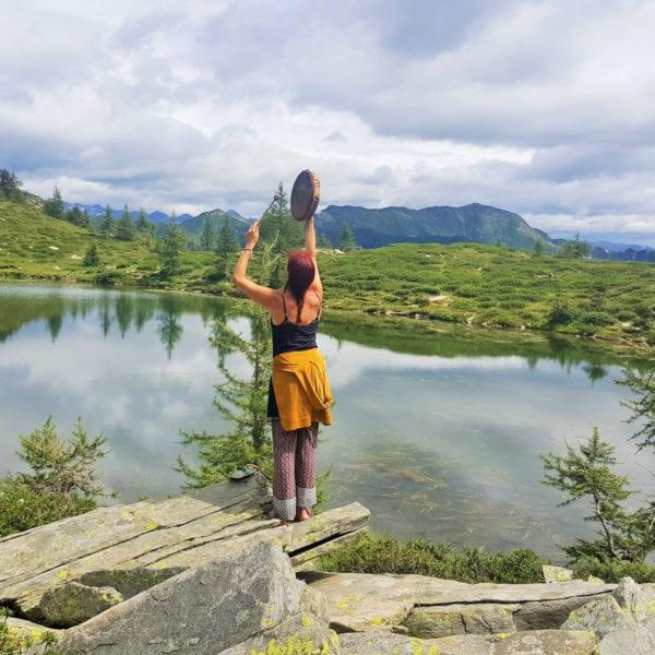 Ritualarbeit an einem magischen See in den Alpen