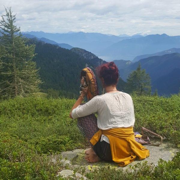 Sanne Straub mit der Schamanischen Trommel in den Bergen