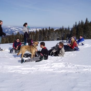 Nach einer erlebnisreichen Wanderung machen wir Pause in schneebedeckten Höhen.