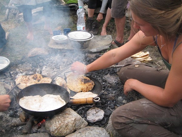 Alle Helfen mit bei der Essenszubereitung auf erlebnispädagogischen Klassenfahrten
