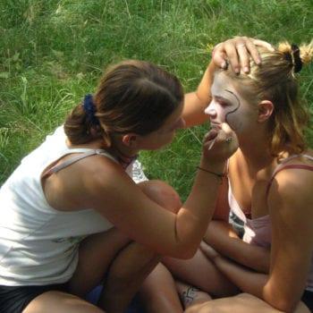 Wir wollen mit Dir einen Wellness-Workshop machen. Mit Schminke, selbstgemachten Masken und Henna-Tattoos.