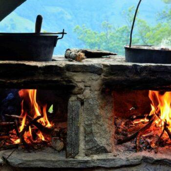 Komm in unsere Ferienfreizeit für Kinder: Hier kochen wir mit Dir über dem Lagerfeuer.