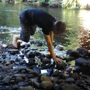 Am Fluss findet man außergewöhnliche Steine... und so manch anderes Treibgut!