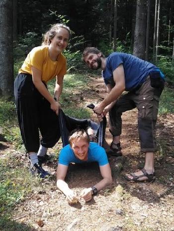 Im Wald ist immer Zeit für ein bisschen Spaß!