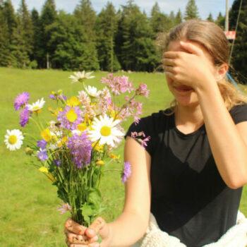 Wir wollen mit Dir die Natur erkunden... zum Beispiel beim Pflücken von Blumensträußen.