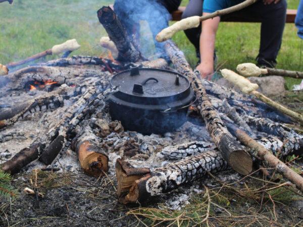 Hast Du schon mal über dem Lagerfeuer gekocht? Bei unserem Wildniscamp lernst Du, wie es geht.