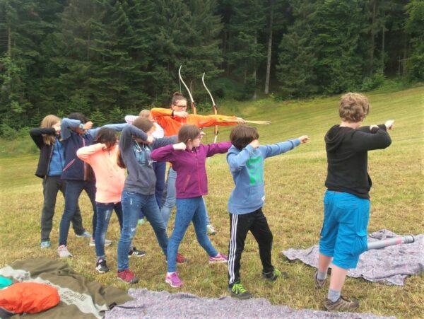 Mach Dich schon mal warm: Bei unserem Ferienlager lernst Du das 1 x 1 des Bogenschießens.