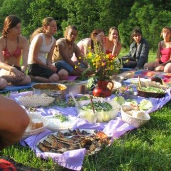 Draußen auf der Wiese sitzen und sich alles schmecken lassen!
