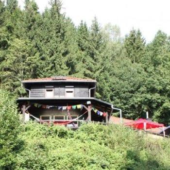 """Unsere Hütte ist sehr einfach gehalten - ohne Strom, dafür mit Plumpsklo. Wir haben damit den perfekten Schauplatz für unser Experiment """"Leben wie vor 100 Jahren"""" gefunden!"""