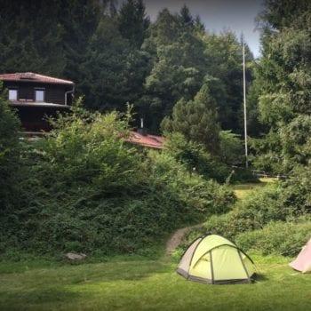 Unser Ferienlager startet ab Mainz. Von dort aus fahren wir mit dem Reisebus rund 1 Stunde in den Taunus zu unserer Hütte.