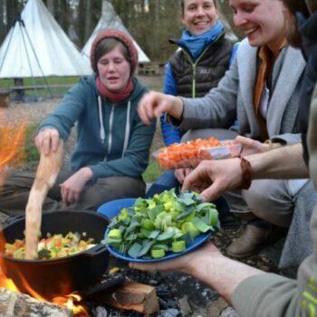 Wie die Menschen vor 100 Jahren werden wir mit Dir leckere Gerichte über dem Lagerfeuer kochen.
