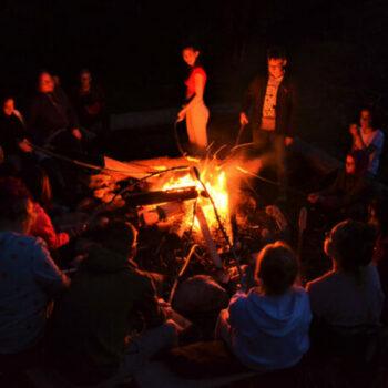 Früher saßen die Menschen am Lagerfeuer und haben sich Geschichten erzählt oder miteinander gespielt.