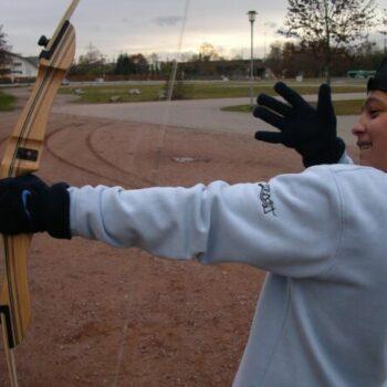 Übung macht den Meister! Beim Ferienlager Bogenschießen lernst Du, wie man richtig mit dem Bogen umgeht!
