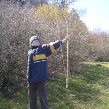 Bau Deinen ganz individuellen Bogen in unserem Ferienlager Bogenschießen.