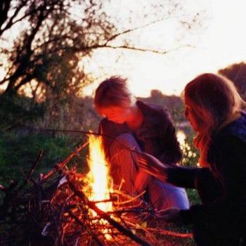 Abends werden Heldengeschichten am Lagerfeuer erzählt.