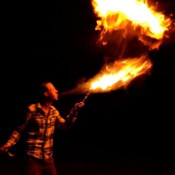 Oh ja,.... Du hast richtig gesehen: Wenn Du möchtest, können wir zusammen Feuerspucken ausprobieren! Wir haben ein Zauberpulver, mit dem Du (ohne Deine Gesundheit zu gefährend) zum feuerspeienden Drachen wirst!