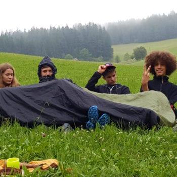 Einfach mal auf der Wiese liegen und chillen gehört natürlich auch zu unserem Programm. Schließlich sind ja Ferien.