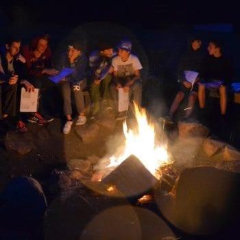 Wir wollen bei Into the Wild viel Zeit mit Dir am Lagerfeuer verbringen. Also: Smartphone ausschalten und ab in den Wald zum Holz sammeln!