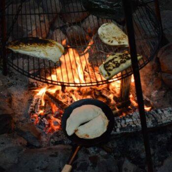 Hast Du schonmal Pizza Calzone auf dem Lagerfeuer gebacken? Wir zeigen Dir, wie es geht.