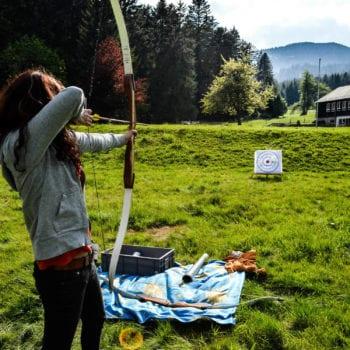 Mit Pfeil und Bogen: Bei unserer Ferienfreizeit gehört das Bogenschießen einfach dazu. Schließlich ist es eine der ältesten Methoden, mit denen Menschen sich in der Wildnis versorgt haben.