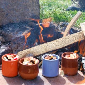 Mhmmm,... wir backen unseren Nachtisch auf dem Lagerfeuer.