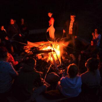 Am Lagerfeuer sitzen, eine Runde Werwolf spielen oder sich Black Stories erzählen.